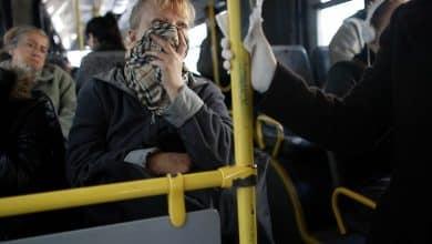 صورة تغطية الفم بوشاح وارتداء القفازات ضد فيروس كورونا ، هل هذا مفيد ؟