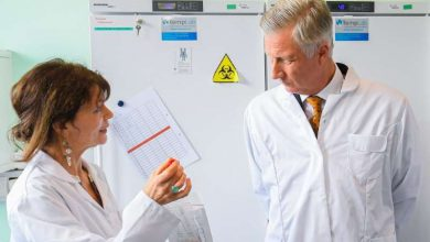 صورة ملك بلجيكا فيليب يتابع فيروس كورونا من داخل مختبر لفحص العينات في بروكسل
