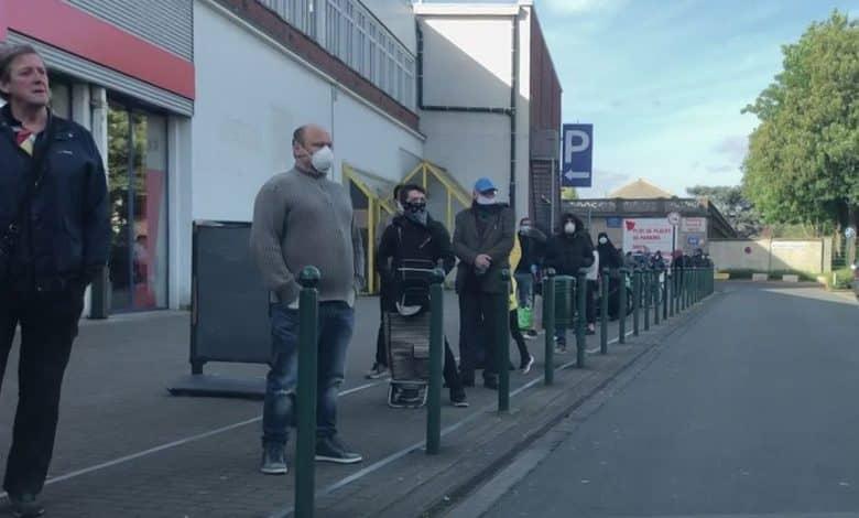 طابور أمام أحد المتاجر في بروكسل