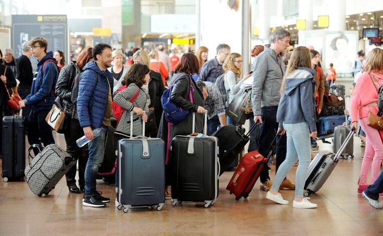 مسافرين في مطار بلجيكا