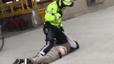 شرطي بلجيكي يدفع شاب