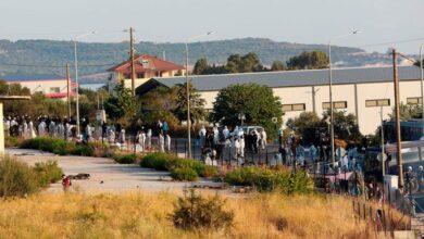 Photo of الشرطة اليونانية تتحرك في ليسبوس لوضع اللاجئين في مخيم جديد