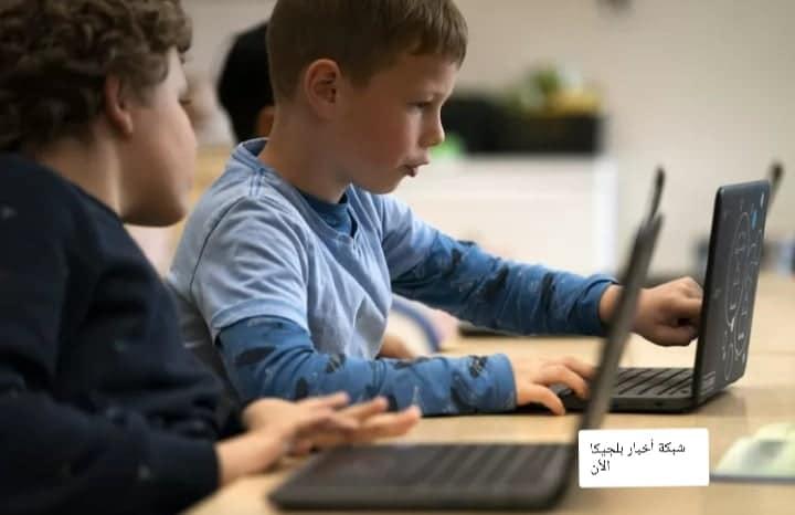 وزير التعليم في بلجيكا يمنح لابتوب لطلاب المدارس