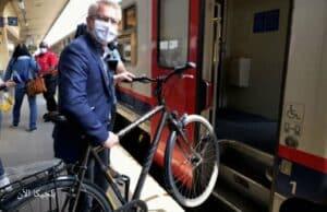 وزير النقل في بلجيكا جورج جيلكينيت مع دراجته