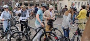 الملك البلجيكي مع دراجته في مدينة جنت