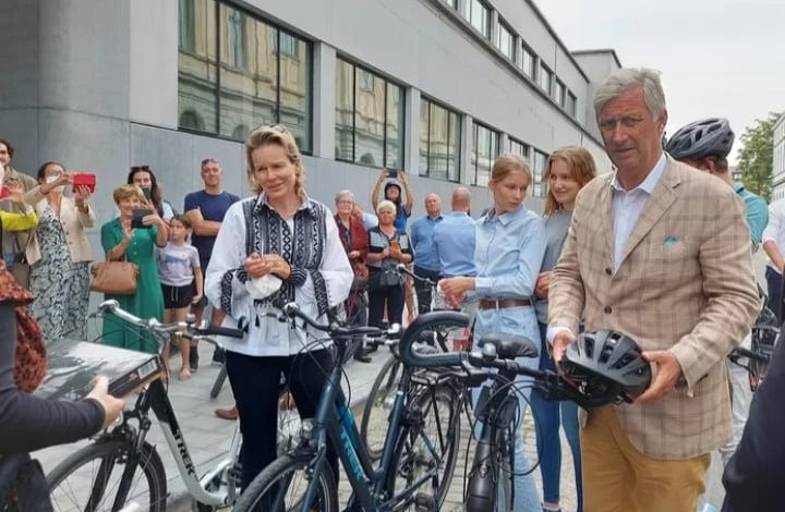 ملك بلجيكا فيليب مع عائلته في رحلة على الدراجة في مدينة غنت