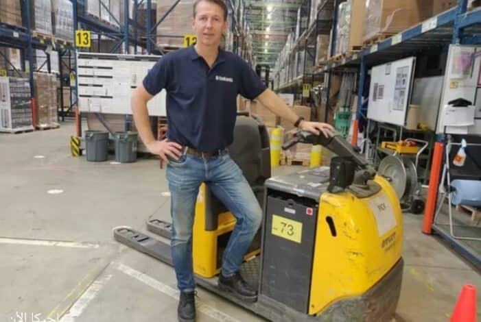 مدير مصنع يعمل عامل في مصنع في بلجيكا بسبب نقص العمال