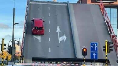 ارتفاع جسر في بلجيكا أثناء وجود سيارة عليه